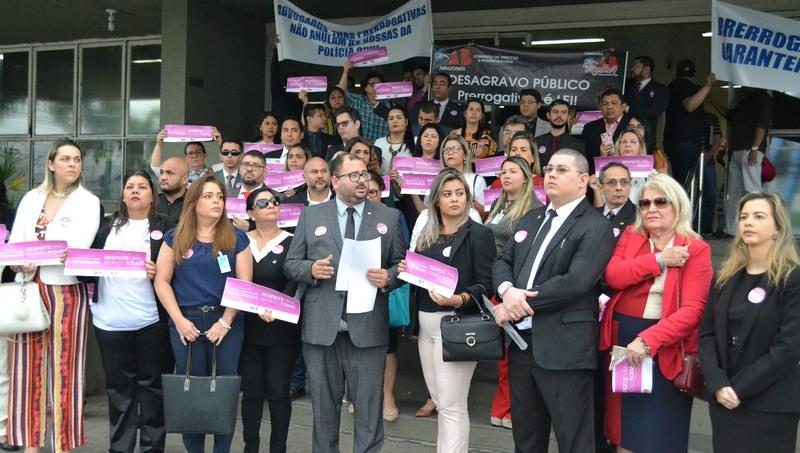 Advogados promoveram desagravo público contra agressão à advogada (Foto: OAB-AM/Divulgação)
