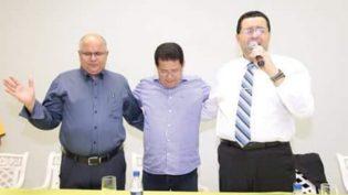 Alfredo Nascimento recebe bênção de pastores na Assembleia de Deus