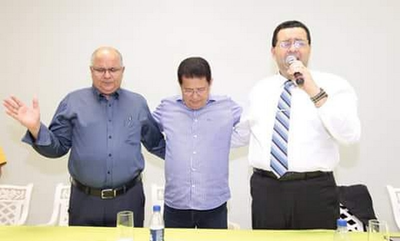 Alfredo Nascimento (centro) ora com pastores na Assembleia de Deus, em Manaus (Foto: Divulgação)