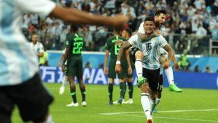Argentina sofre, mas vence a Nigéria com gol no fim e avança na Copa