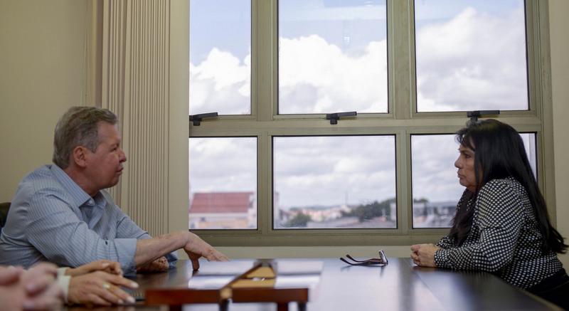 O prefeito Arthur Neto com a desembargadora Eleonora Saunier Gonçalves: mobilização para encerrar greve de ônibus em Manaus (Foto: Alex Pazuello/Semcom)