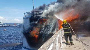 Barco pega fogo no Rio Negro, é totalmente destruído, mas não afunda