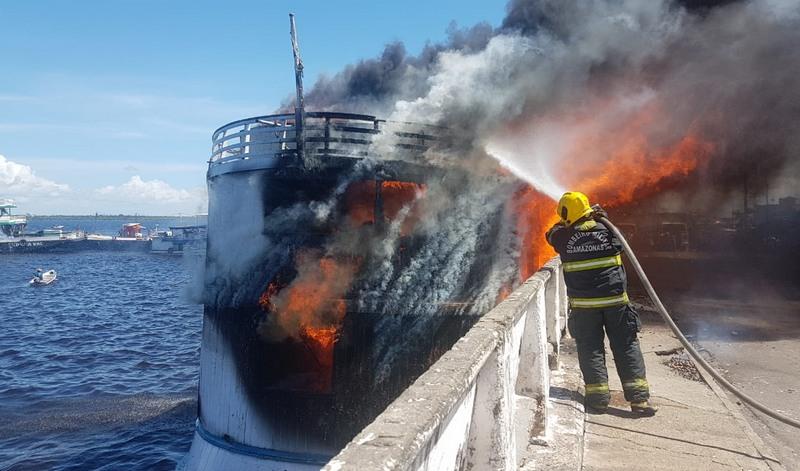 Fogo se propagou rapidamente e destruiu o barco, que não afundou, na orla de Manaus (Foto: Corpo de Bombeiros/Divulgação)
