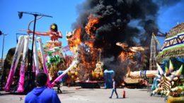 Fogo queimou toda a alegoria e bombeiros evitaram que se propagasse para outras ornamentações (Foto Bombeiros/Divulgação)