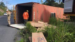 Contêiner carregado com espelhos tomba em avenida de Manaus