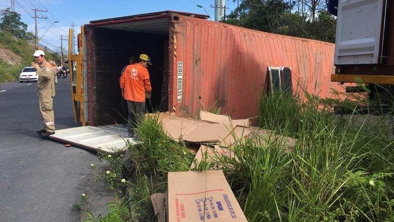 Contêiner tombou em retorno no Distrito Industrial de Manaus. Ninguém ficou ferido (Foto: Manaustrans/Divulgação)