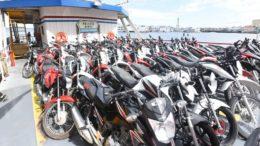 Motocicletas foram trazidas para Manaus e polícia tentará localizar os donos (Foto: Roberto Carlos/Secom)