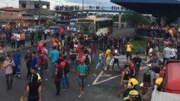 Usuários depredaram ônibus, instalações do terminal T4 e policiais militares reforçaram segurança no local (Foto: Patrick Motta/ATUAL)