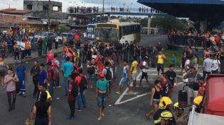 Revoltados, passageiros depredam ônibus, terminal e interditam trânsito em Manaus