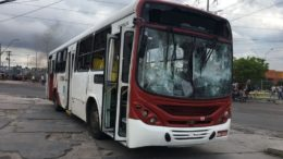 Ônibus foi depredado por passageiros no Terminal de Integração T4, na zona leste de Manaus (Foto: Patrick Motta/ATUAL)