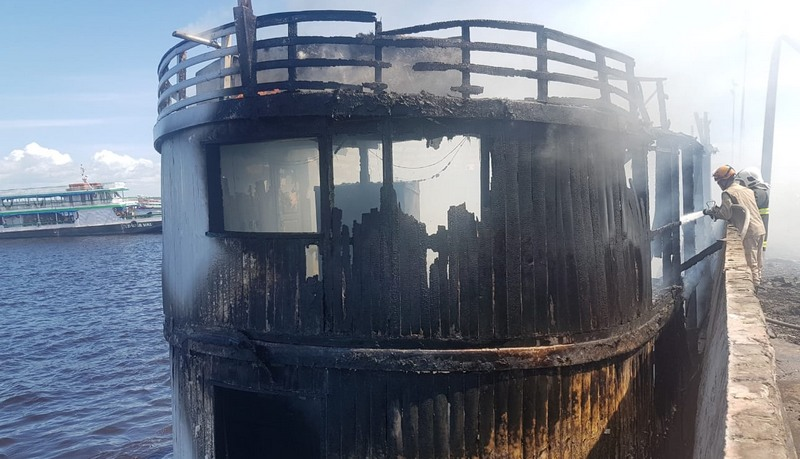 Estrutura para passageiros e tripulação foi destruída, mas base do barco não foi atingida (Foto: Corpo de Bombeiros/Divulgação)