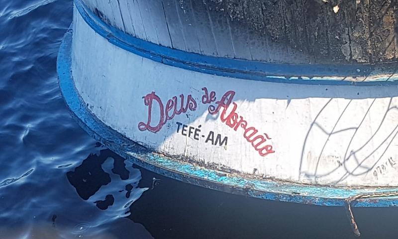 Barco Deus de Abraão não afundou, mesmo destruído pelo incêndio (Foto: Corpo de Bombeiros/Divulgação)