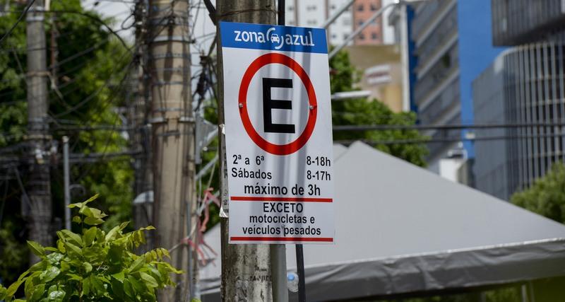 Vagas do Zona Azul estão identificadas com placas e período de estacionamento (Foto: Semcom/Divulgação)