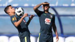 Philippe Coutinho é observado por Gabriel Jesus em treino da Seleção: time titular da estreia está definido (Foto: Lucas Figueiredo/CBF)