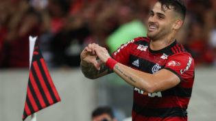Flamengo vence o Corinthians e segue líder isolado do Brasileirão