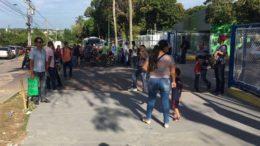 Trabalhadores procuraram sede da Gradiente em Manaus para entregar currículos na manhã desta sexta-feira (Foto: Patrick Motta/ATUAL)