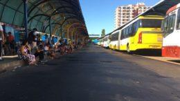 Usuários esperaram sentados em terminal de ônibus no Centro de Manaus. ônibus ficaram parados (Foto: Patrick Motta/ATUAL)