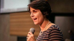 Manuela diz a jornalistas para aproveitarem a liberdade de imprensa