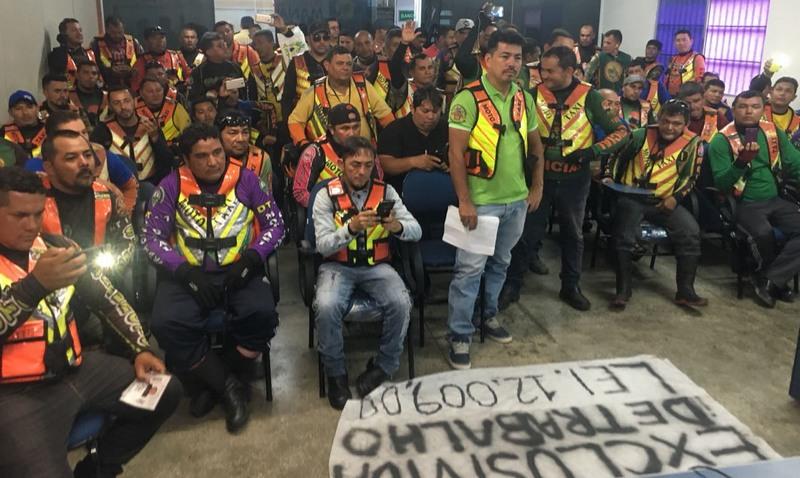 Mototaxistas pediram maior fiscalização contra transportadores ilegais em Manaus. Protesto foi na sede da SMTU (Foto: Patrick Motta/ATUAL)