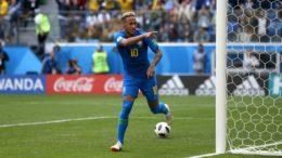 Neymar mira a torcida ao marcar o segundo gol do Brasil na primeira vitória na Copa (Foto: Fifa/Divulgação)