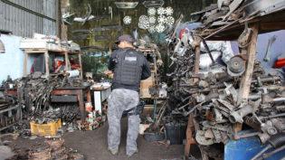 Polícia prende dono de oficina e apreende peças e carros roubados em Manaus
