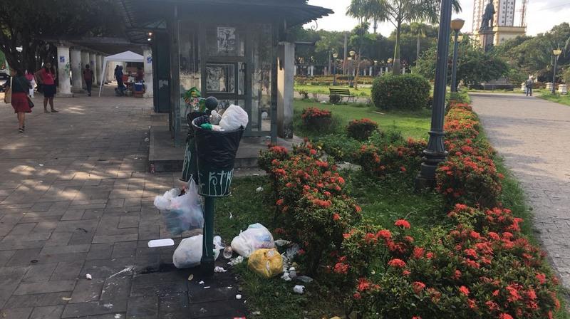 Lixo está espalhado pela calçada e canteiros de jardim. Não há recolhimento dos dejetos (Foto: Patrick Motta/ATUAL)