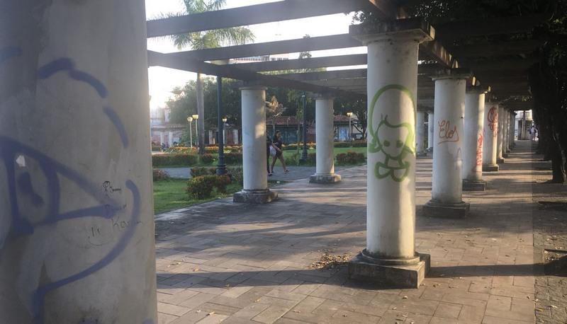 Colunas foram completamente pichadas. Tinta e fuligem cobrem o branco das pilastras (Foto Patrick Motta/ATUAL)