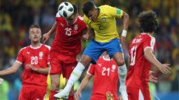Thiago Silva em disputa de bola aérea com zagueiros da Sérvia: tática foi mais eficiente com o Brasil (Foto: Lucas Figueiredo/CBF)