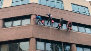 Super-heróis limpam janelas de hospital infantil e divertem crianças