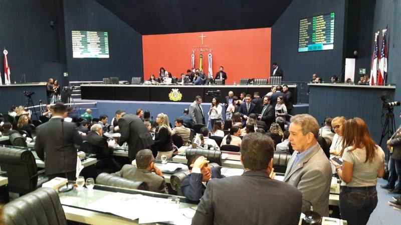 Deputados atrasaram início da sessão desta quinta-feira para decidir sobre redução de dinheiro à Defensoria Pública no Orçamento de 2019 (Foto: ATUAL)