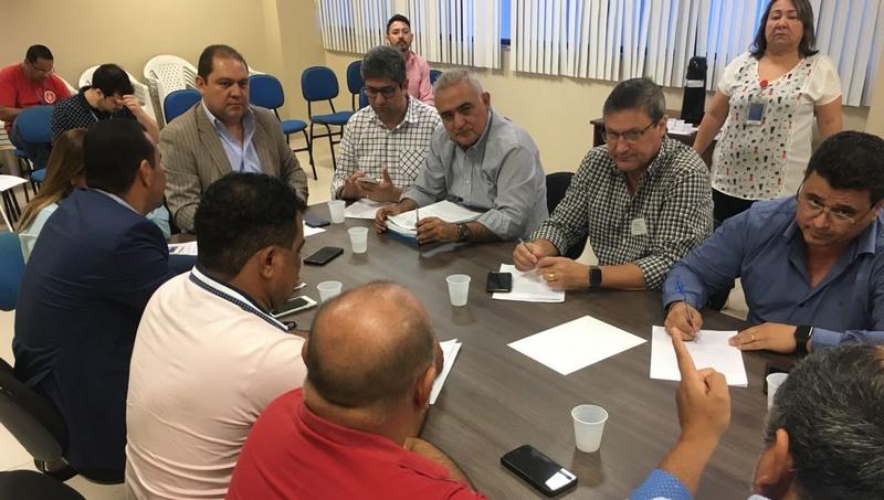 Acir Gurgacz (centro, camisa quadriculada) reclamou de concorrência de Executivos e de precariedade da mobilidade urbana em Manaus (Foto: Patrick Motta/ATUAL)