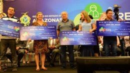 Governador Amazonino Mendes fez entrega simbólica de cheques do programa Renda Certa (Foto: Clóvis Miranda/Secom)