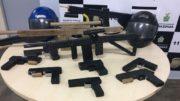 Delegada afirma que pistolas e metralhadora de madeira eram usadas em assaltos (Foto: Patrick Motta/ATUAL)