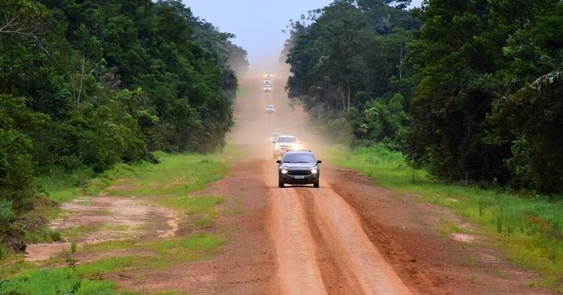 Trecho da BR-319 entre o Amazonas e Rondônia não é asfaltado (Foto: Dhyeizo Lemos e Joel Arthus/ALE-AM)