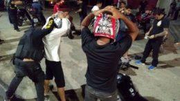 Policiais revistam motociclistas em operações de combate a roubos em ônibus: número de prisões foi maior de janeiro a maio (Foto SSP-AM/Divulgação)