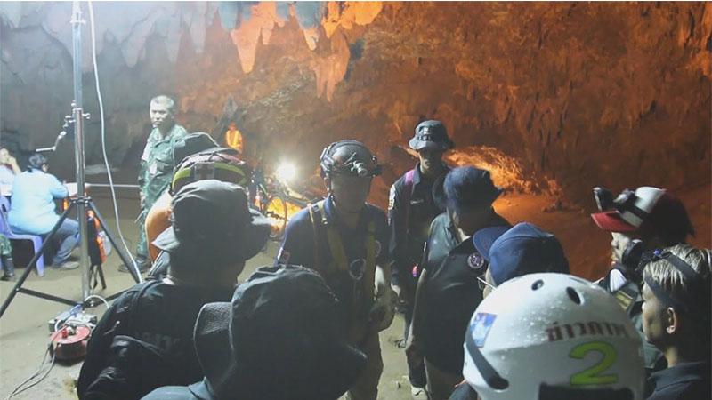 Equipes de resgate conseguiram retirar seis garotos que estavam em caverna (Foto: YouTube/Reprodução)