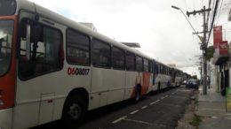 Motoristas pararam circulação de ônibus no Centro de Manaus em protesto contra atraso de salário (Foto: Henderson Martins/ATUAL)