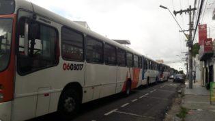 Trabalhadores param ônibus em Manaus em protesto por dez dias de atraso nos salários