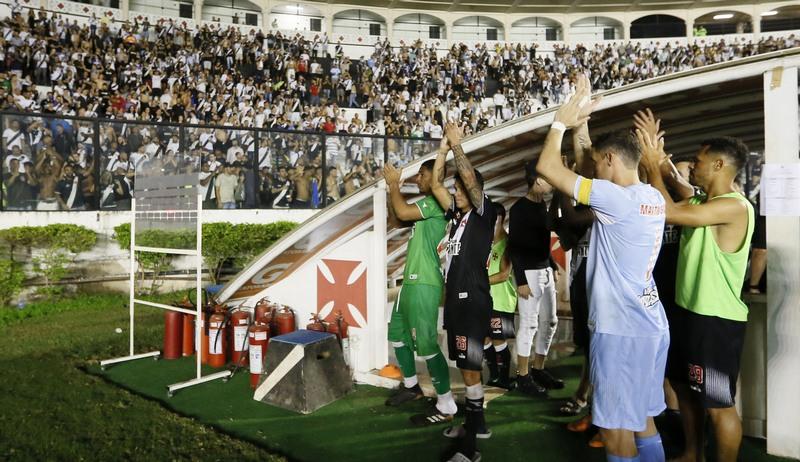 Jogadores do Vasco agradeceram apoio da torcida, mas não conseguiram classificação (Foto: Rafael Ribeiro/Vasco)