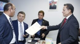 Os deputados da base aliada Vicente Lopes, Wanderlei Dallas e Adjuto Afonso argumenta com Cabo Maciel, de oposição (Foto: ATUAL)
