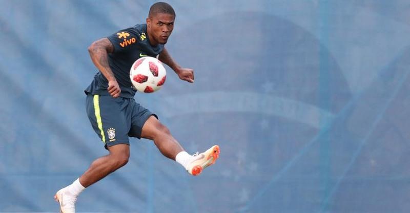 Douglas Costa treinou com bola, não sentiu contusão e foi liberado para o jogo (Foto: Lucas Figueiredo/CBF)