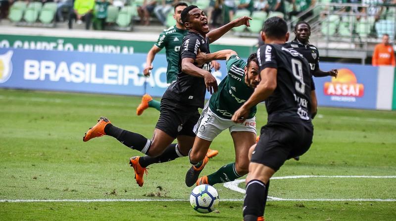 Elias é derrubado por zagueiro palmeirense em lance de jogo com arbitragem polêmica (Foto: Bruno Cantini/Atlético-MG)