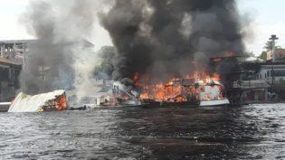 Balsa do Exército pega fogo na orla de São Gabriel da Cachoeira