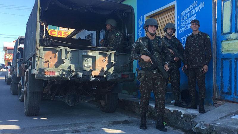 Soldados do Exército fazem segurança em posto de saúde no bairro Jorge Teixeira, em Manaus (Foto: Patrick Motta/ATUAL)