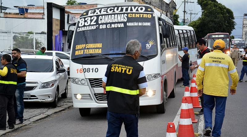 SMTU fiscaliza ônibus executivos em Manaus: Sinetram se queixa da concorrência (Foto: Márcio James/Semcom)