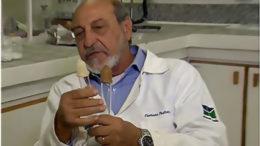 Químico Floriano Pastore Júnior disse que o látex pode causar até morte de pessoas alérgicas (Foto: TV Brasil/Reprodução)