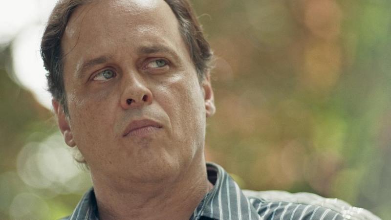 Ator Guilherme Fontes vive personagem inspirado no ex-deputado Wallace Souza em série do cabal Space (Foto: Space/Reprodução)