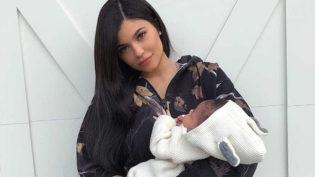 Kylie Jenner publica vídeo de sua bebê com brincos e é alvo de críticas