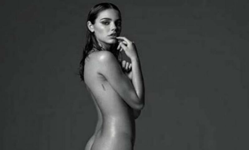 Laura Neiva compartilhou foto em que aparece nua, de perfil, no Instagram (Foto: Instagram/Reprodução)