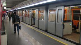 Passageiros do Metrô de Viena aceitaram bem a distribuição de desodorantes para amenizar efeitos do calor (Foto: YouTube/Reprodução)